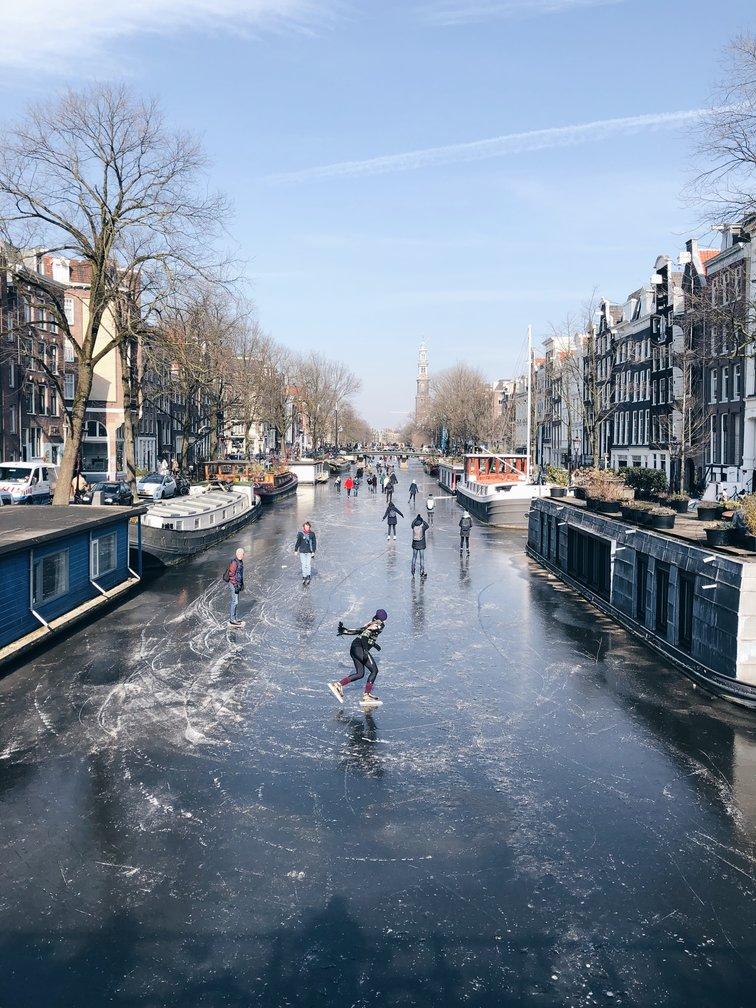 Schaatsen over de grachten van Amsterdam